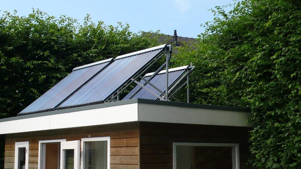 Verwarming via vacuümbuizen op dak Poolhouse