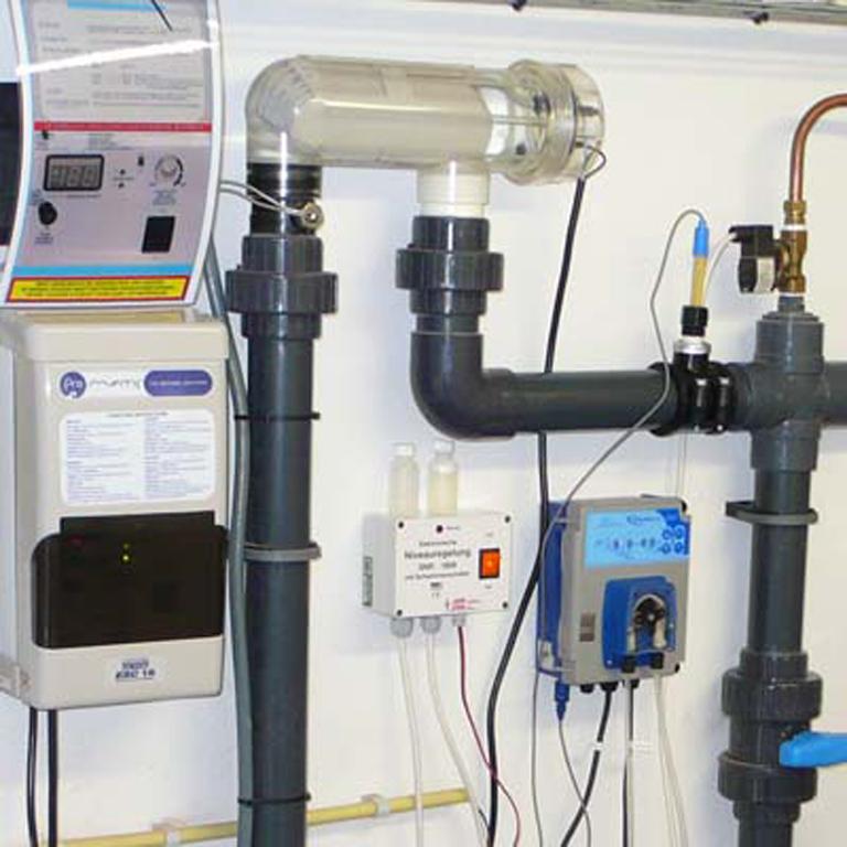 Installatie met zout-elektrolyse, aardwarmte, automatische pH regeling, automatische niveauregeling en terugspoelautomaat