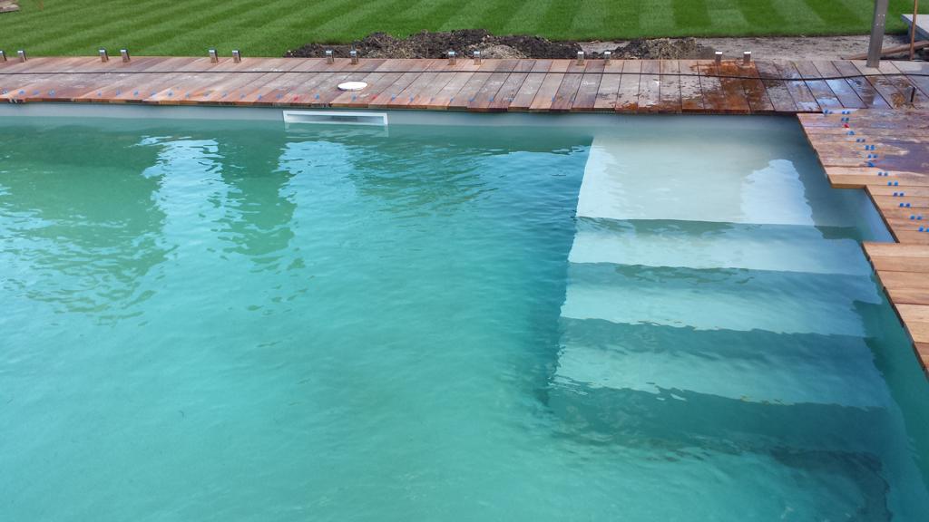 Gemetseld zwembad en rechte inlooptrap met grijze inhangfolie
