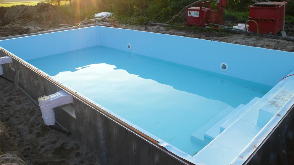 Stalen panelen zwembad met blauwe lasfolie in aanbouw