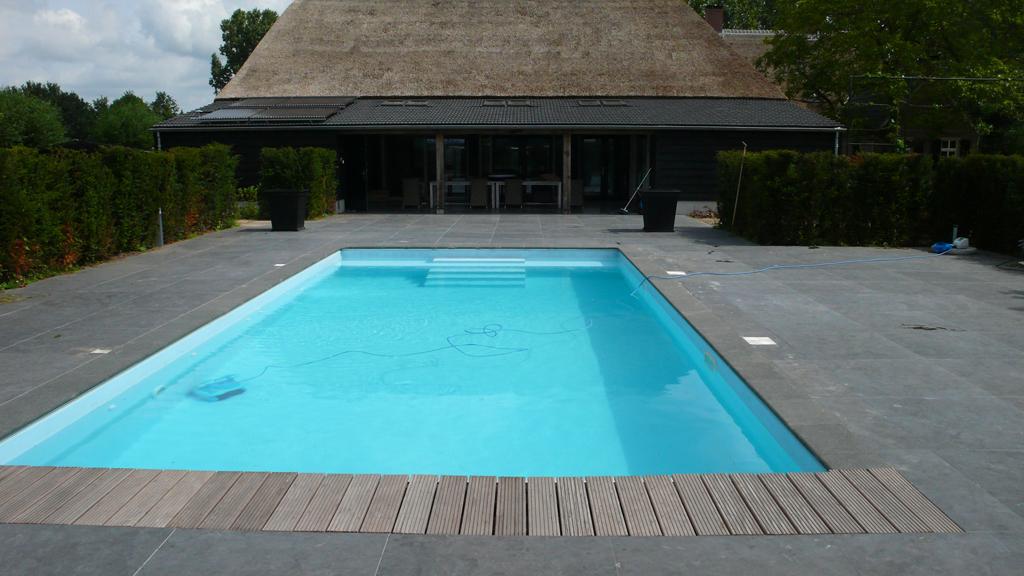 Gemetseld zwembad met blauwe lasfolie