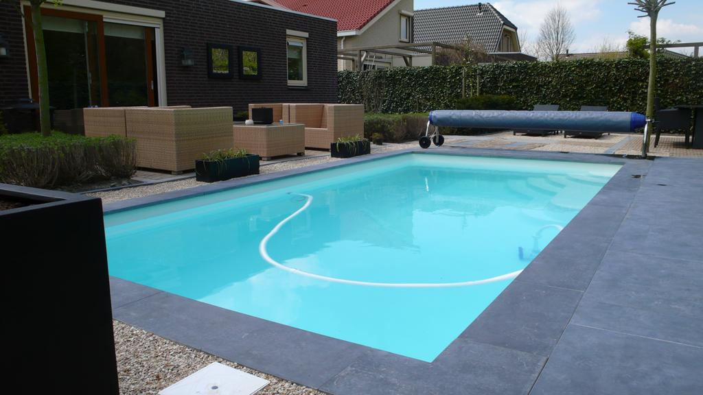 Polyester zwembad met hoek inlooptrap en massagebank