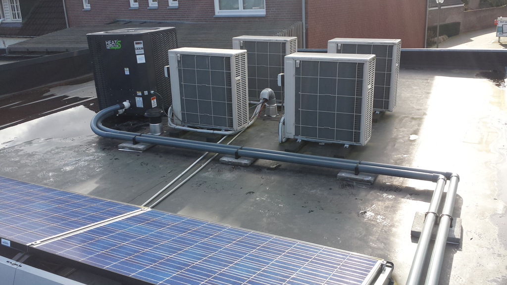 Warmtepomp (links), airco's en PV panelen