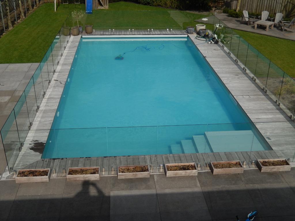 Zwembad na renovatie met veiligheidsglas